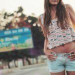 Une fille en mini short