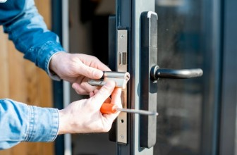 Comment ouvrir une porte avec une clé derrière?