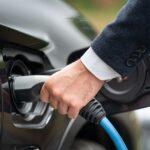 Un homme qui met de l'essence dans sa voiture